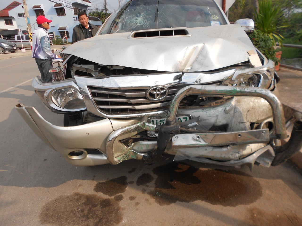 สภาพรถกระบะ ของลูกชายอดีตผู้ใหญ่บ้านเปื๋อยเปียง ชนเสาไฟฟ้าจนเสียชีวิต ตร.คาดหลับใน