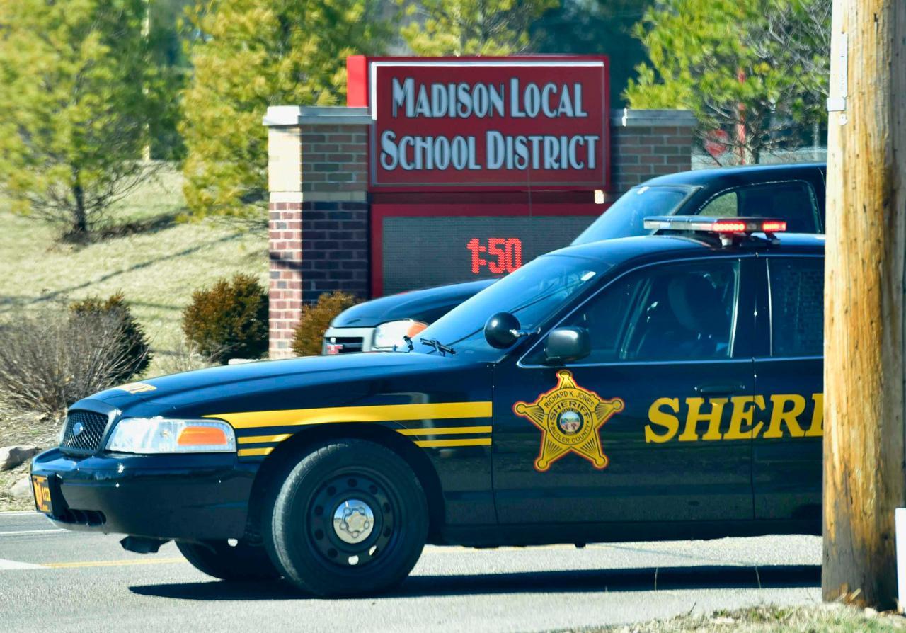 เจ้าหน้าที่ตำรวจจับกุมนักเรียนชายที่ก่อเหตุกราดยิงที่โรงเรียนเมดิสัน จูเนียร์-ซีเนียร์ ไฮสคูล