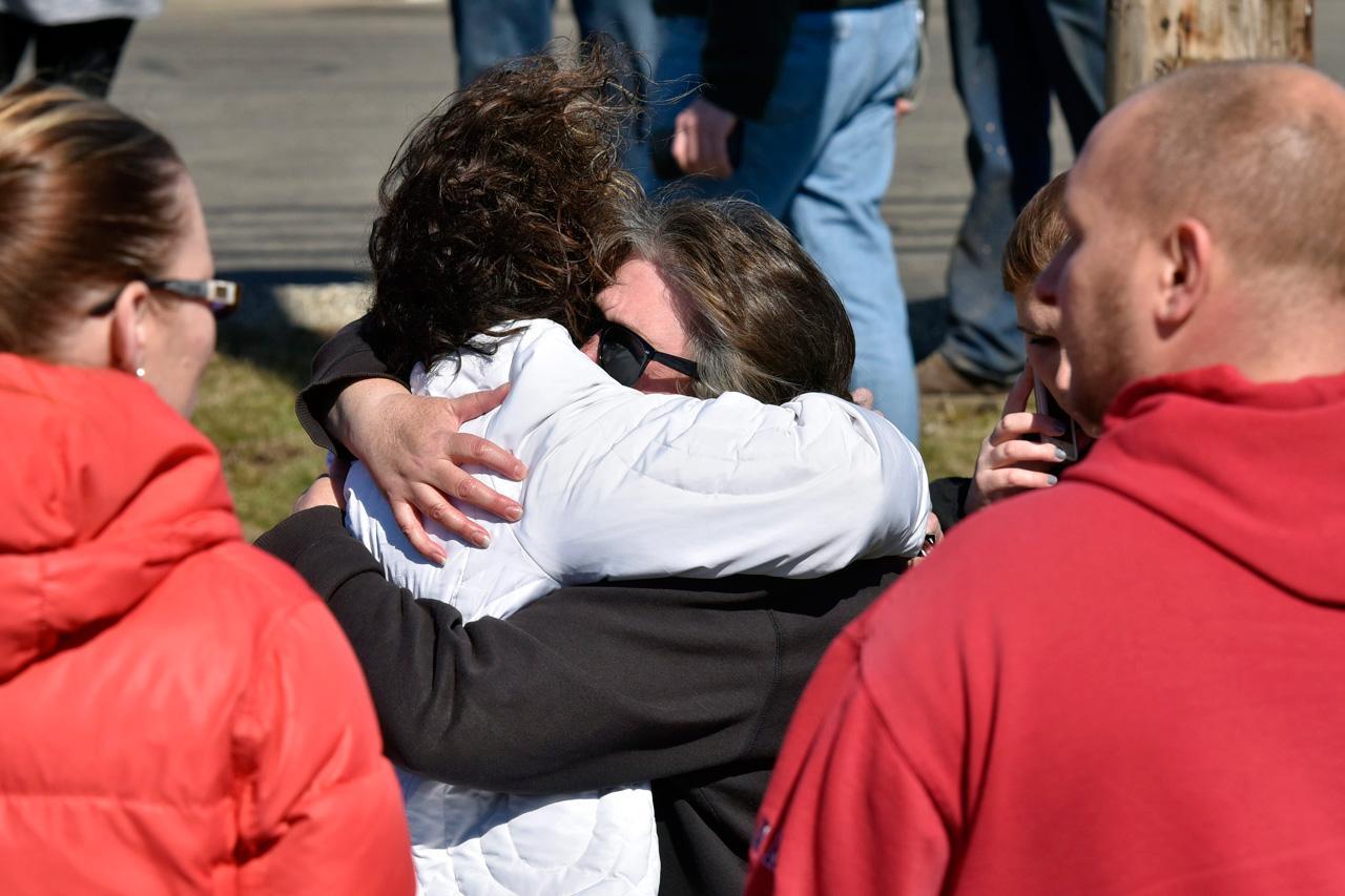 ผู้ปกครองรีบมารับบุตรหลาน หลังเกิดเหตุกราดยิงที่โรงเรียน