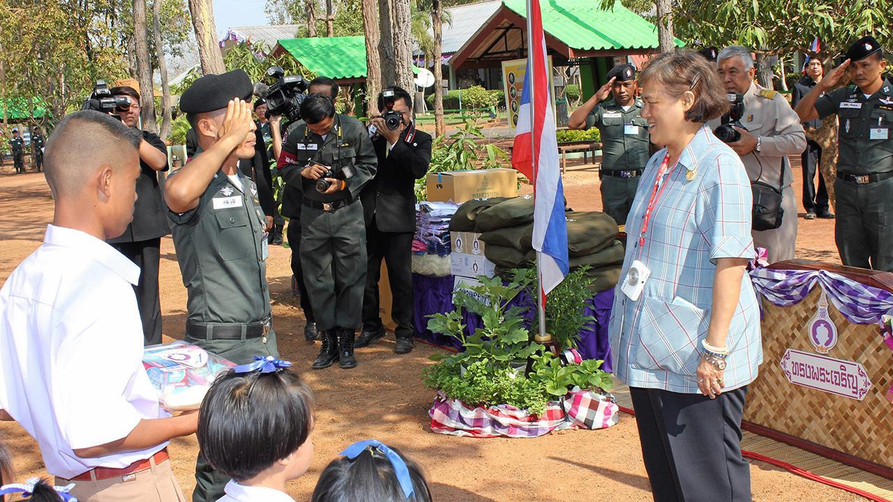 สมเด็จพระเทพรัตนราชสุดาฯ สยามบรมราชกุมารี  เสด็จพระราชดำเนินไปทรงตรวจโครงการดำเนินงาน พร้อมพระ ราชทานสิ่งของและอุปกรณ์กีฬา ณ โรงเรียนตำรวจตระเวนชายแดนค็อกนิสไทย อ.โคกศรีสุพรรณ จ.สกลนคร เมื่อวันที่ 29 กุมภาพันธ์.