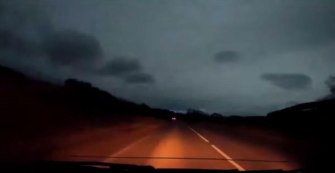 ภาพจากคลิปวิดีโอ storyful อัพโหลดลงยูทูบ ขณะมีแสงสว่างจ้าขึ้นมาบนท้องฟ้า