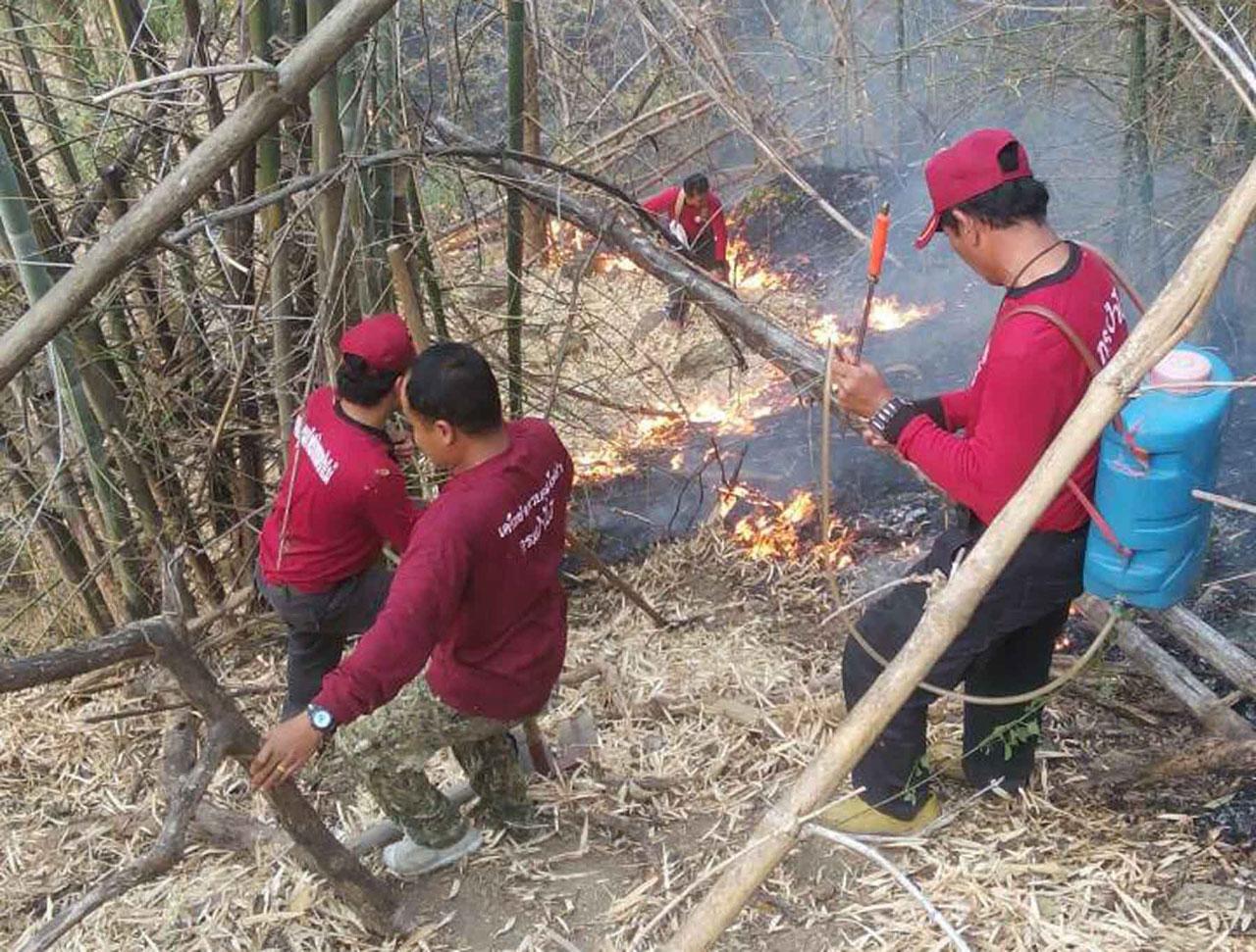 เจ้าหน้าที่ควบคุมไฟป่าแพร่เพิ่ม กำลังเข้าควบคุมเพลิงที่ลุกไหม้ป่า