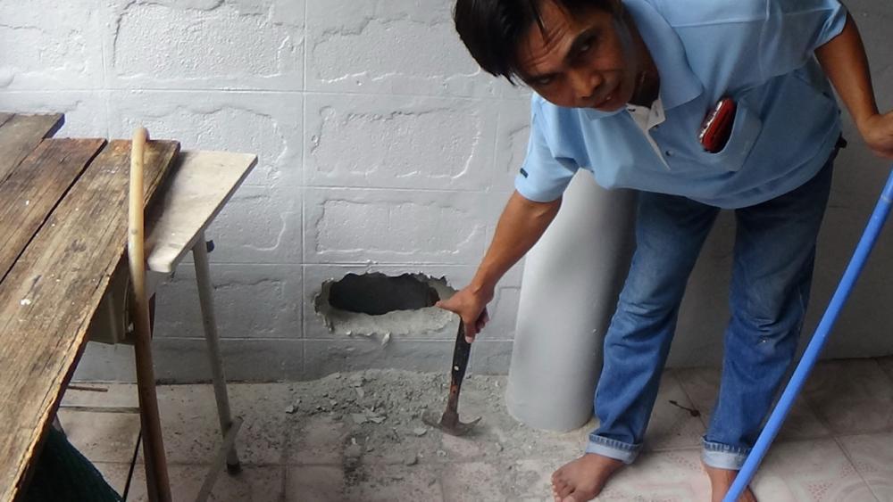 กำแพงที่โดนทุบเพื่อช่วยแมว