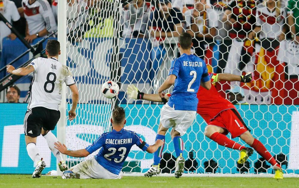 เมซุต โอซิล (เบอร์8) ยิงให้เยอรมนี ขึ้นนำ 1-0