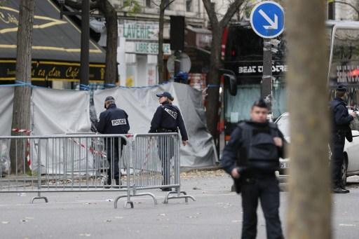 ภาพเมื่อวันที่ 14 พ.ย. 2015 ตำรวจฝรั่งเศสยืนคุ้มกันที่หน้าโรงละครบาตากล็อง