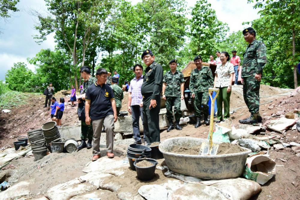 ร่วมกันสร้างฝายที่คลองห้วยถ้ำดิน บ้านปางเกลือ ม.4 ต.น้ำไคร้ อ.น้ำปาด จ.อุตรดิตถ์