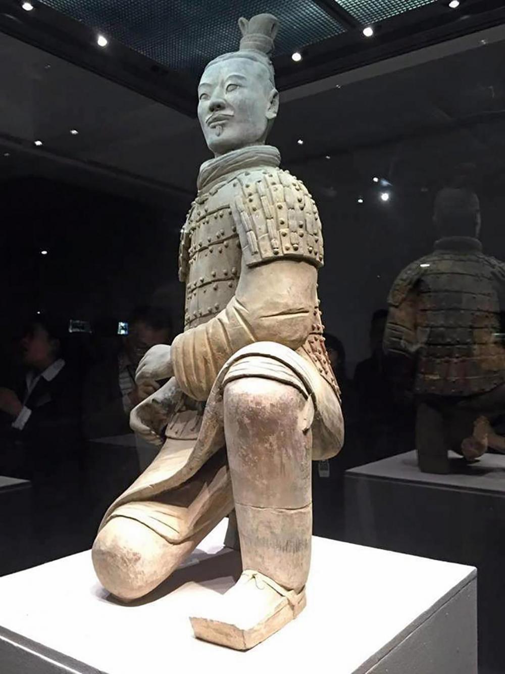 รูปปั้นทหารจิ๋นซีฮ่องเต้ในห้องแสดงนิทรรศการ.