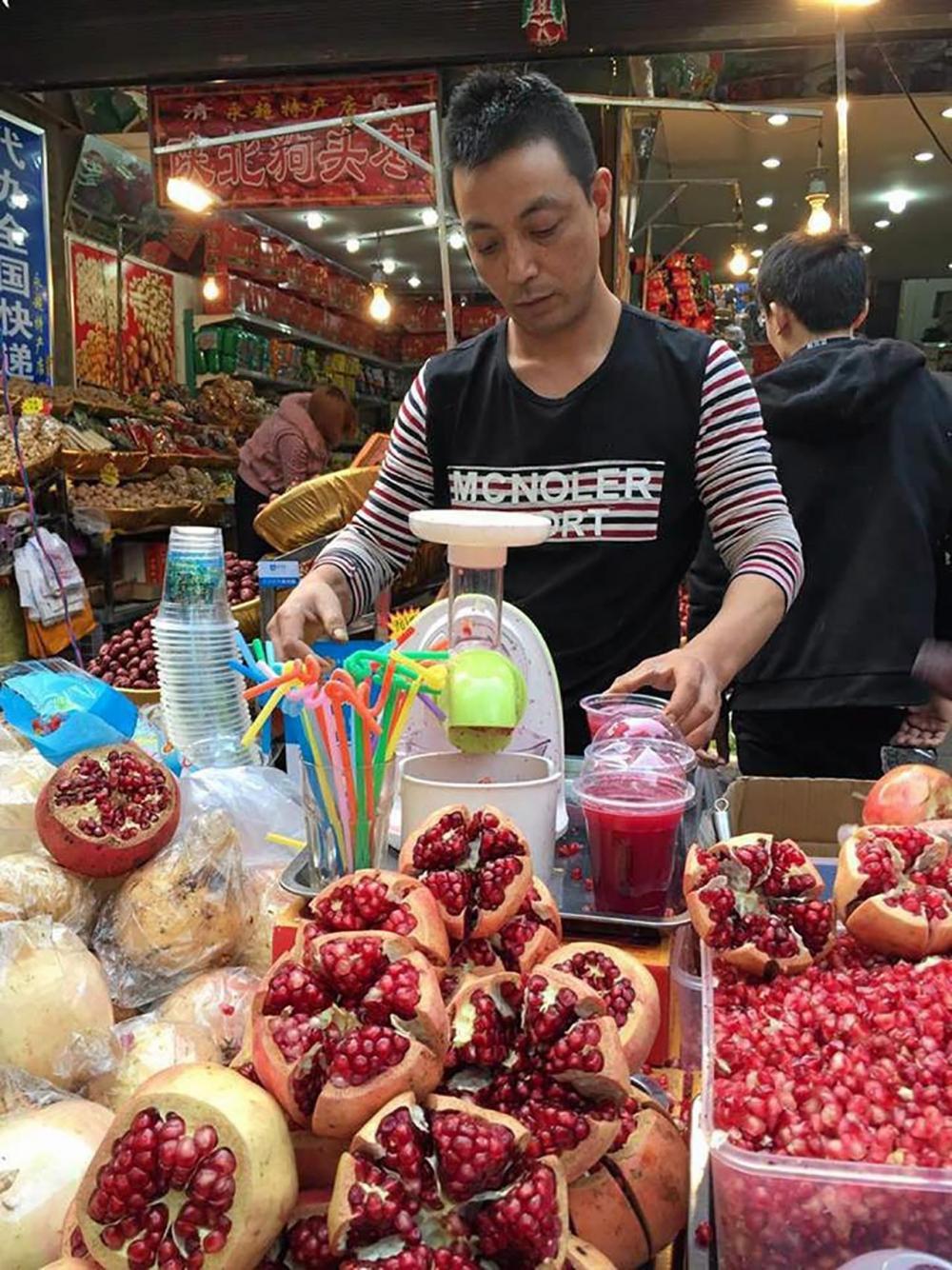 ร้านขายน้ำทับทิมคั้นสดที่ตลาดมุสลิม.