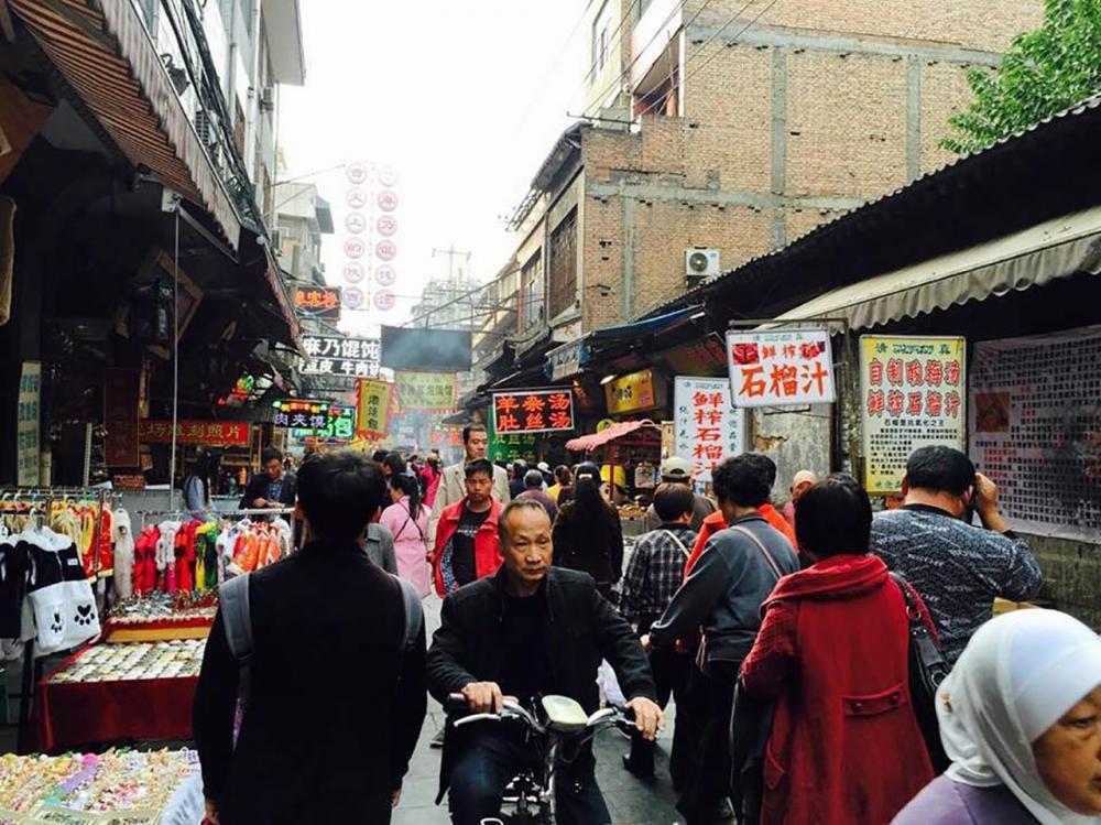 บรรยากาศถนนมุสลิมคลาคล่ำด้วยนักท่องเที่ยว.