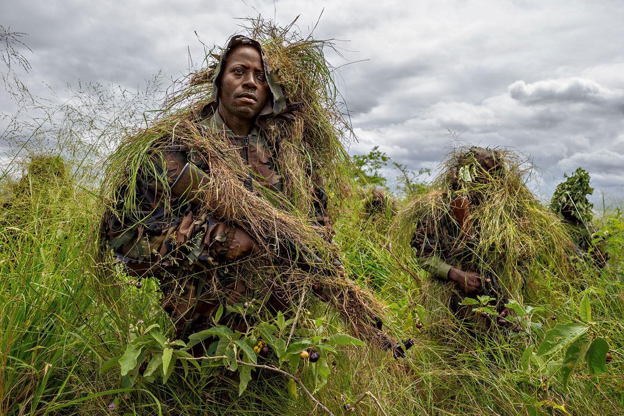 เจ้าหน้าที่อุทยานเข้ารับการฝึกซ้อมแบบทหารซึ่งรวมถึงยุทธวิธีซุ่มโจมตี นับตั้งแต่ความขัดแย้งทางชาติพันธุ์ในประเทศเพื่อนบ้านอย่างรวันดาข้ามพรมแดนเข้ามาในคองโกเมื่อปี 1994 เจ้าหน้าที่อุทยานก็ถูกกลุ่มติดอาวุธหลากหลายกลุ่มคุกคามอย่างต่อเนื่อง