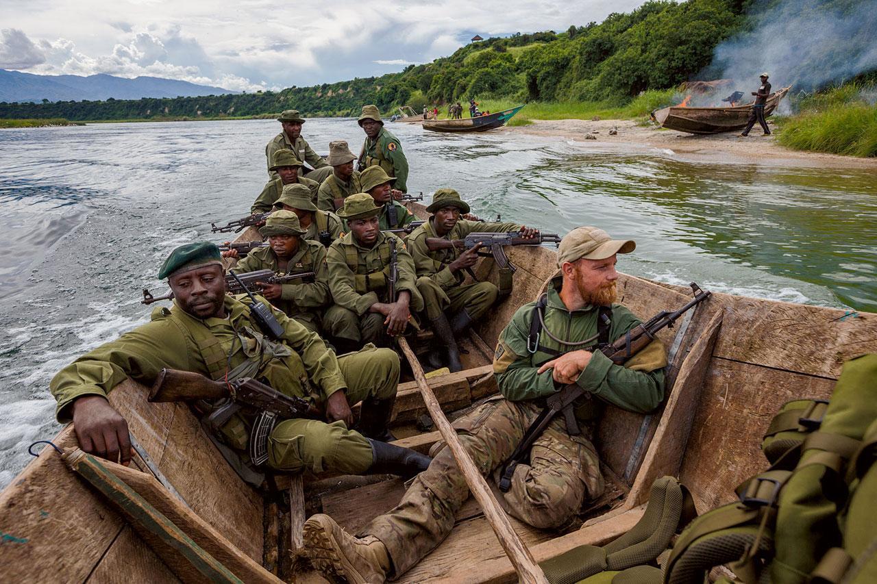 เรือที่ยึดมาได้ถูกเผาบนชายหาด เมื่อเจ้าหน้าที่อุทยานและครูฝึกร่วมมือกันป้องกันการจับปลาเกินขนาดในทะเลสาบเอดเวิร์ด การจับปลาเป็นแหล่งรายได้หลักของชาวบ้าน มีการอนุญาตให้จับปลาในทะเลสาบ แต่เจ้าหน้าที่อุทยานต้อง เผชิญกับเรือที่ไม่มีใบอนุญาตหลายพันลำ