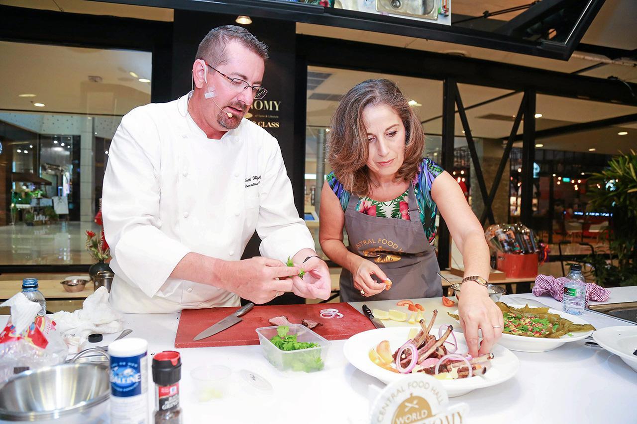 มาดามฮานาน โรบิลลิอาร์ด สนุกกับการทำอาหาร.