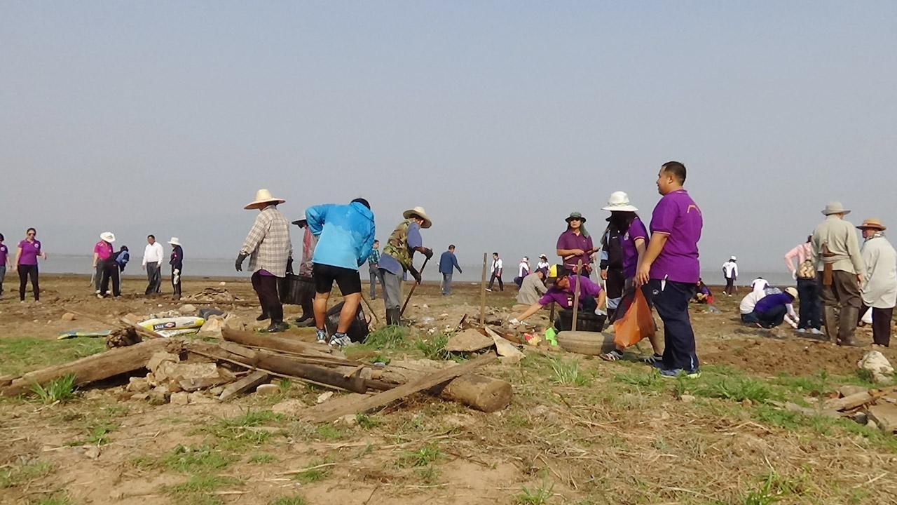 กลุ่มชาวบ้านในเขตเมืองพะเยากว่า 300 คนร่วมแรงร่วมใจกันเก็บขยะในกว๊านพะเยาออกหลังจากที่น้ำกว๊านพะเยาได้แห้งแล้ง