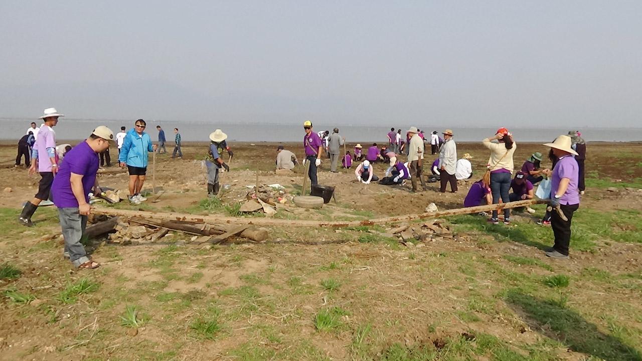 กว๊านพะเยานั้นมีเศษขยะกระจายเกลื่อน ชาวบ้านจึงช่วยกันเก็บ ทำความสะอาด