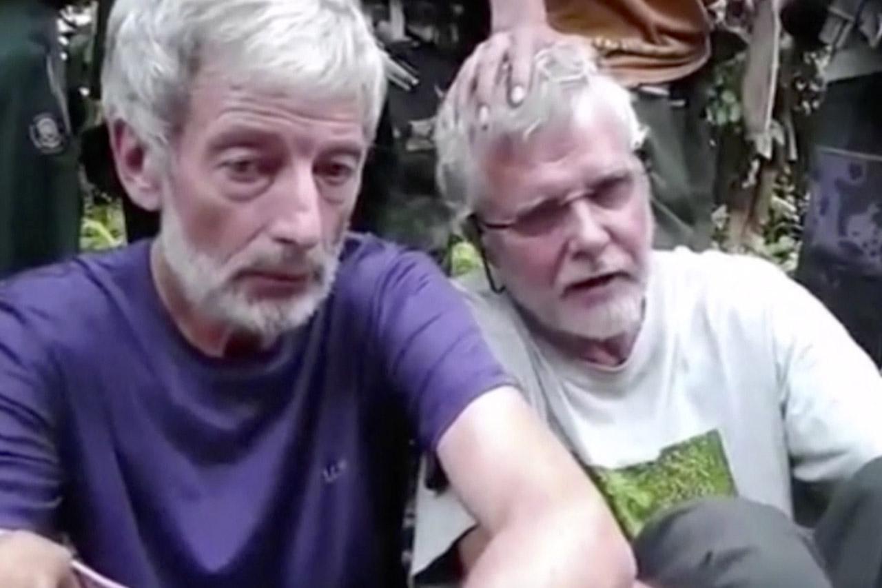 สภาพตัวประกันในอุ้งมืออาบู ไซยาฟ โดยจอห์น ริดส์เดล ตัวประกันชาวแคนาดา(คนขวา)ถูกสังหารไปแล้ว