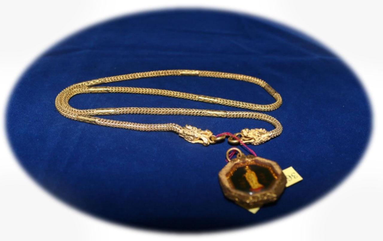สร้อยคอทองคำสลักลายหัวมังกร พร้อมพระรูปเจ้าแม่กวนอิมกรอบทอง