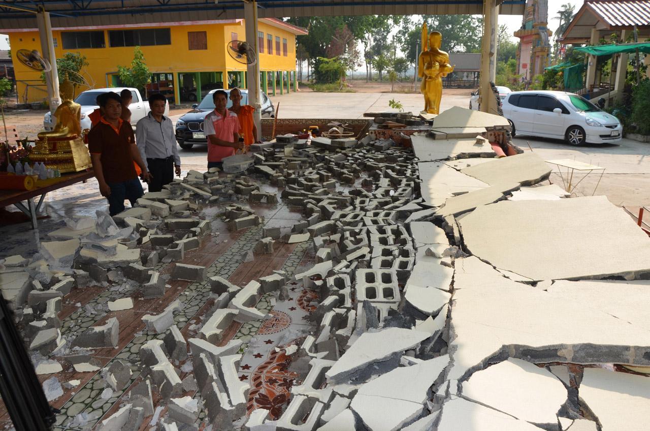 ที่วัดเกาะหมู อาคารอเนกประสงค์ผนังปูนที่ก่อด้วยอิฐบล็อกพังถล่ม