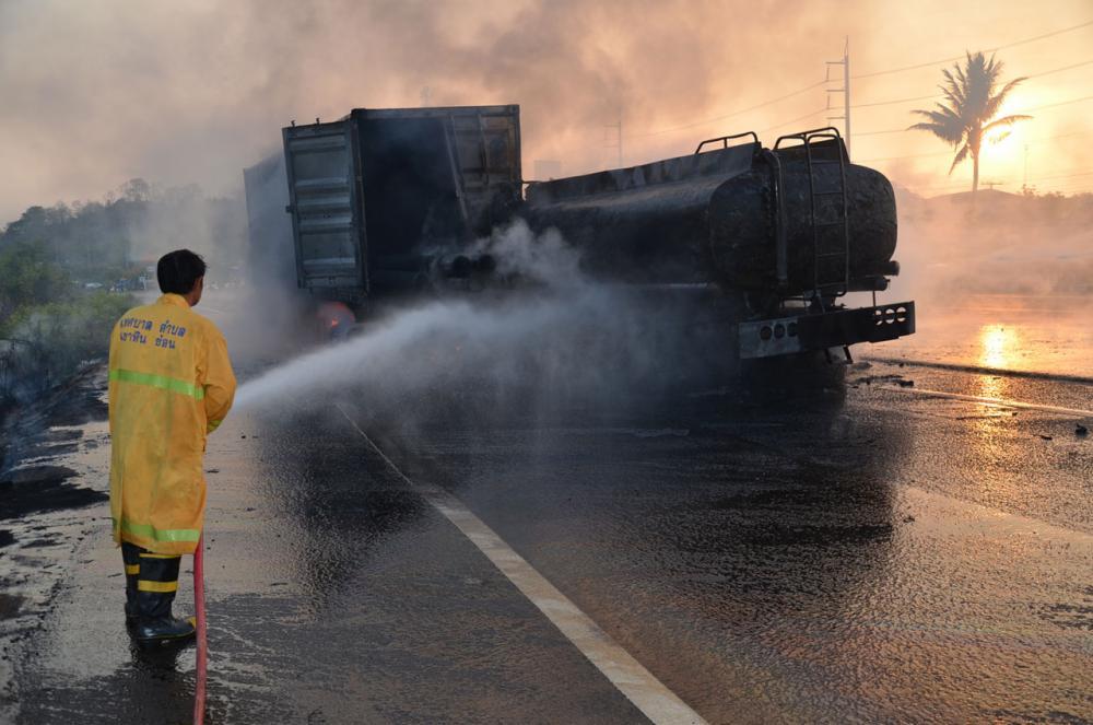 รถบรรทุกน้ำมันชนท้ายรถเทรลเลอร์ 18 ล้อมีเพลิงลุกไหม้