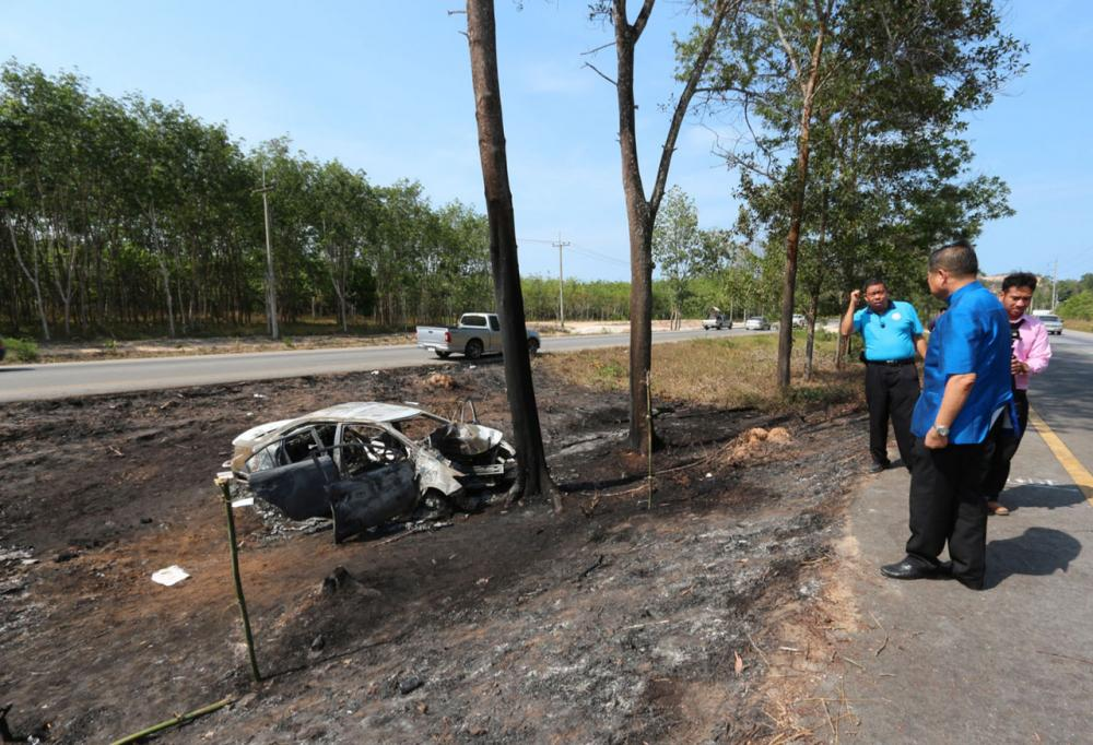 สภาพรถเก๋งที่ชนเข้ากับต้นไม้ไฟลุกไหม้หมดทั้งคัน