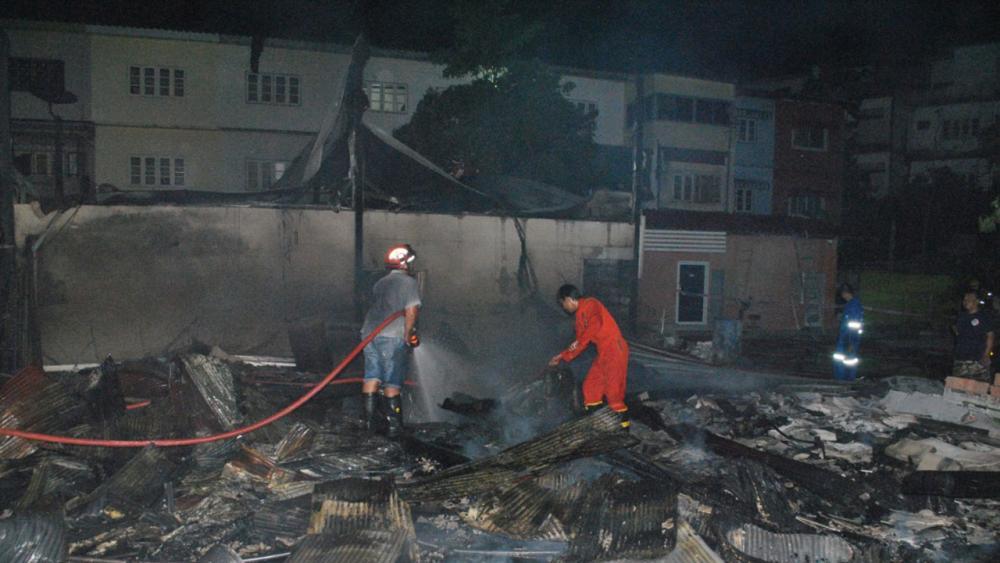 สภาพโรงงานเฟอร์นิเจอร์  ย่านรามอินทรา 34 ถูกเพลิงไหม้จนไฟสงบลงแล้ว