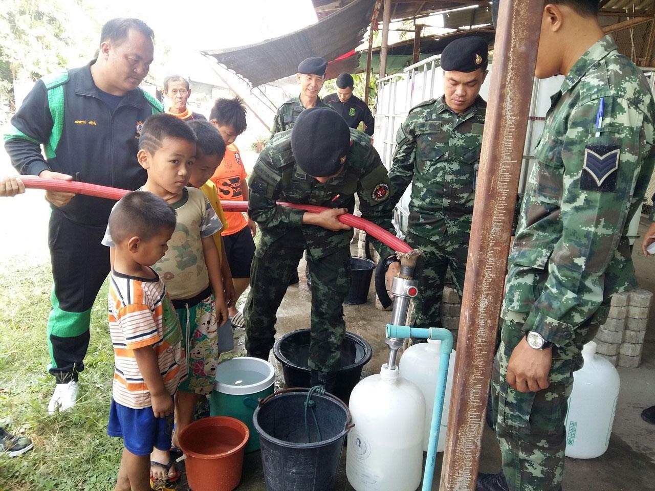 รถบรรทุกน้ำจากกองพันทหารราบที่ 1 กรมทหารราบที่ 7 ค่ายกาวิละ มาแจกน้ำช่วยประชาชนที่ อ.บ้านธิ จังหวัดลำพูน