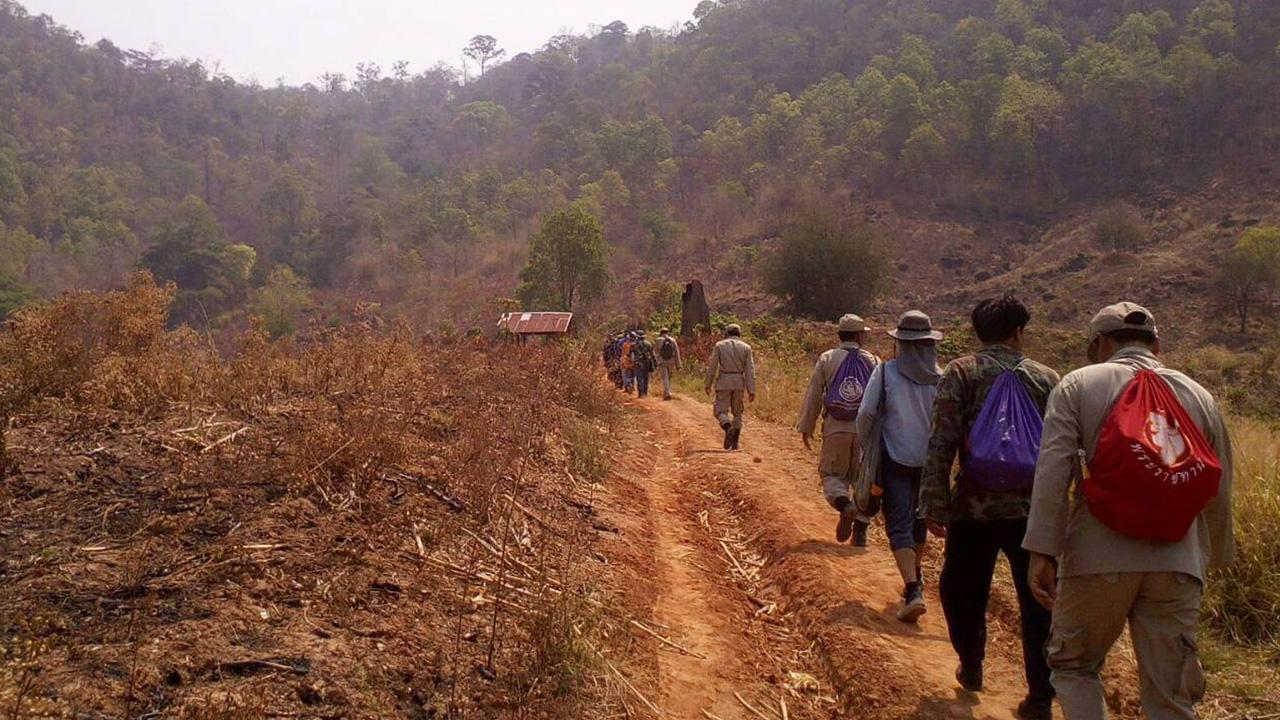 ตำรวจ สภ.นครไทย ได้สนธิกำลังชาวบ้านและอาสาสมัคร ร่วมกันออกปิดล้อมไล่ล่าคนร้ายที่ก่อเหตุ