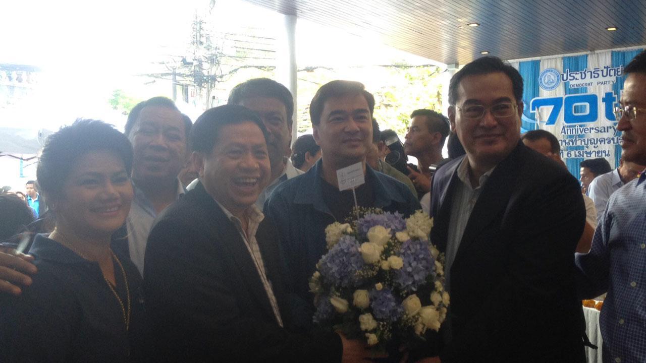 ตัวแทนพรรคชาติไทยพัฒนา เข้ามอบดอกไม้ ร่วมแสดงความยินดี