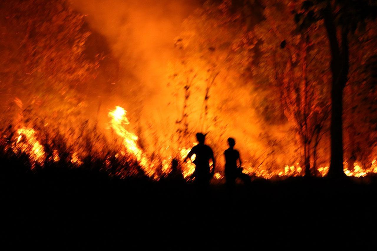 ลมแรงจึงยิ่งทำให้ไฟไหม้รุนแรงรวดเร็วขึ้นจนท้องฟ้าแดงฉานมองเห็นแต่ไกล
