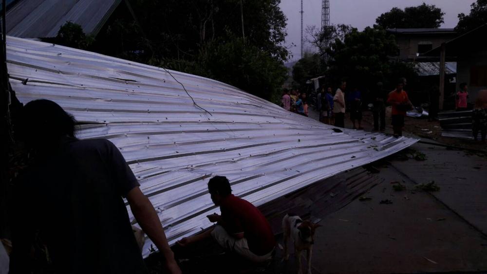 บ้านของชาวบ้านบ้านนาสีนวล หมู่ 5 ต.โคกสว่าง อ.ปลาปาก จ.นครพนม ถูกพายุพัดหลังคาบ้านปลิวว่อน จำนวน 3 หลัง
