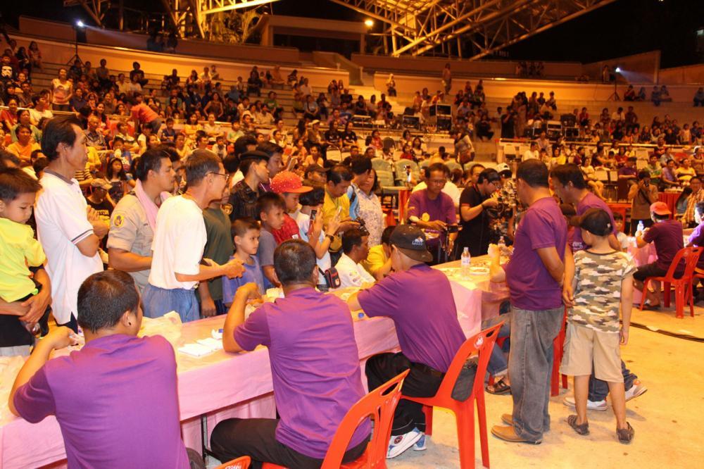 การแข่งขันกินไก่เบตงที่ทั้งคนแข่งขันและกองเชียร์ กินไปเชียร์ไปอย่างสนุกสนาน