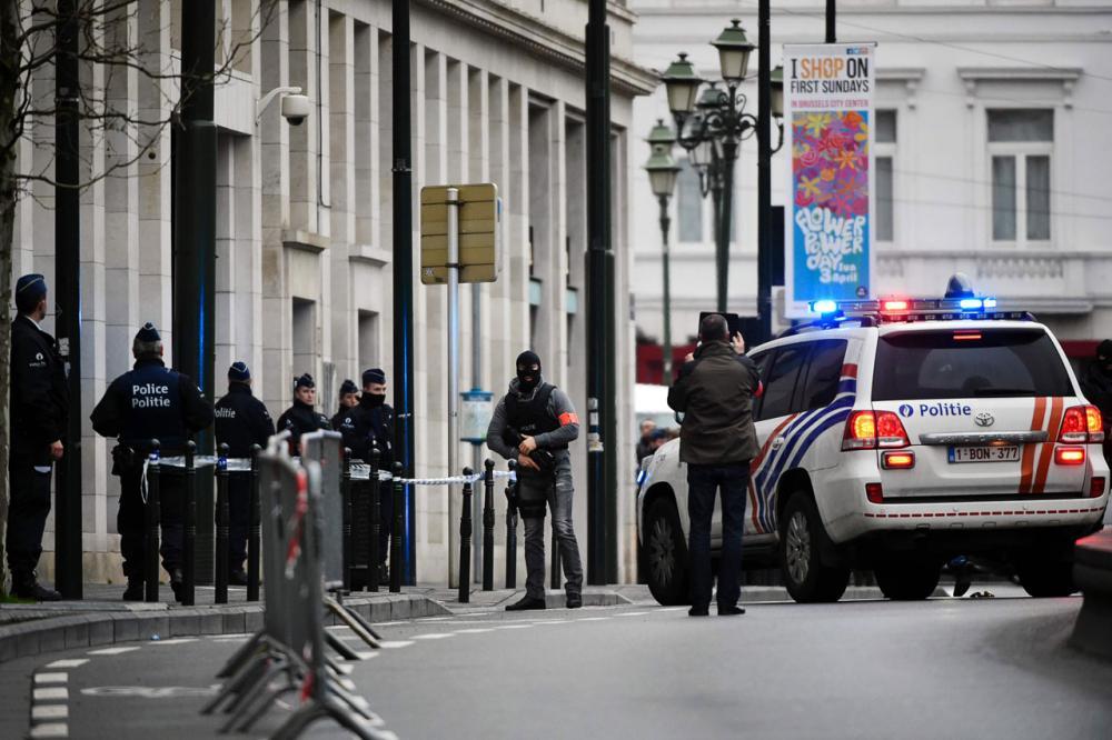 ตำรวจปิดกั้นถนนบริเวณด้านนอกสภาในกรุงบรัสเซลส์