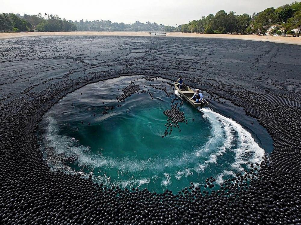 อ่างเก็บน้ำไอแวนโฮที่ปกคลุมด้วยลูกบอลสีดำ