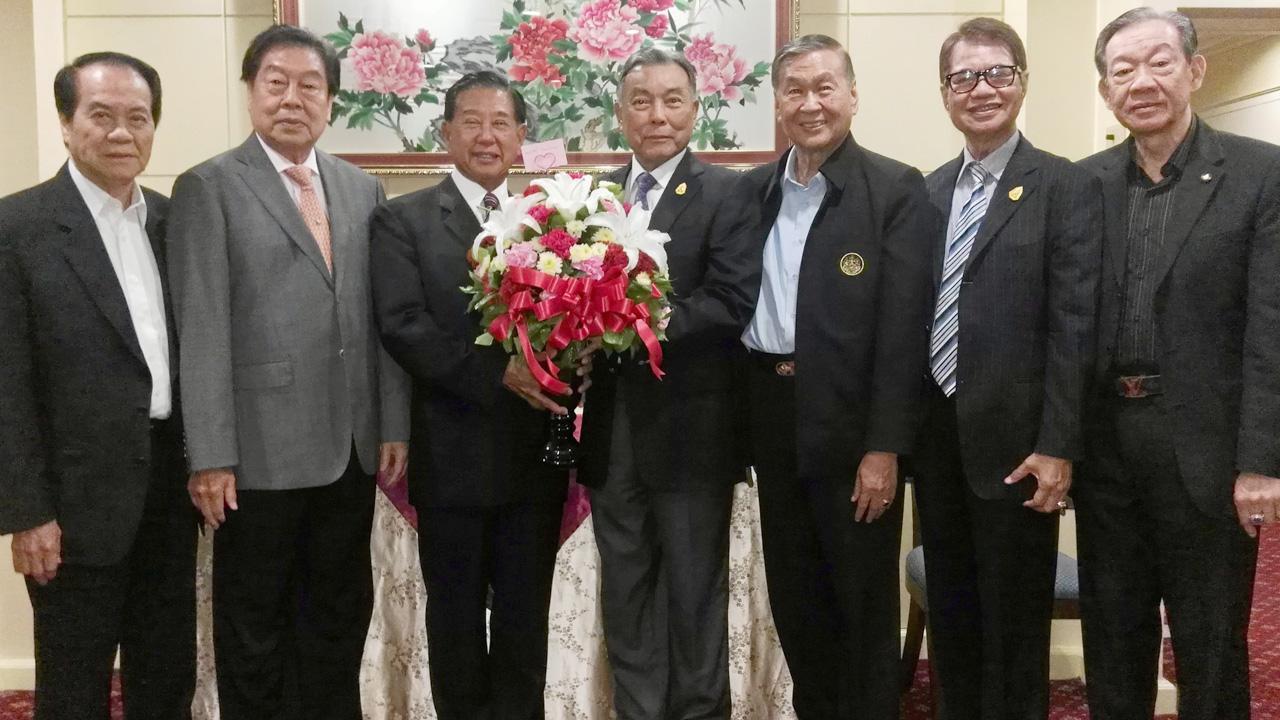 ภูมิใจ พล.อ.ธีรเดช มีเพียร อดีตประธานวุฒิสภา มอบดอกไม้แสดงความยินดีแก่ ประจักษ์ ตั้งคารวคุณ ประธานบริษัททีโอเอ ในโอกาสได้รับรางวัลคุณภาพดีเด่น 5 ปีซ้อน โดยมี ไพรัช วรปาณิ, ประทีป กิจจาพิพัฒน์ และ สมัคร เจียมบุรเศรษฐ์ มาร่วมงานด้วย ที่โรงแรมเดอะ ทวินทาวเวอร์ วันก่อน.