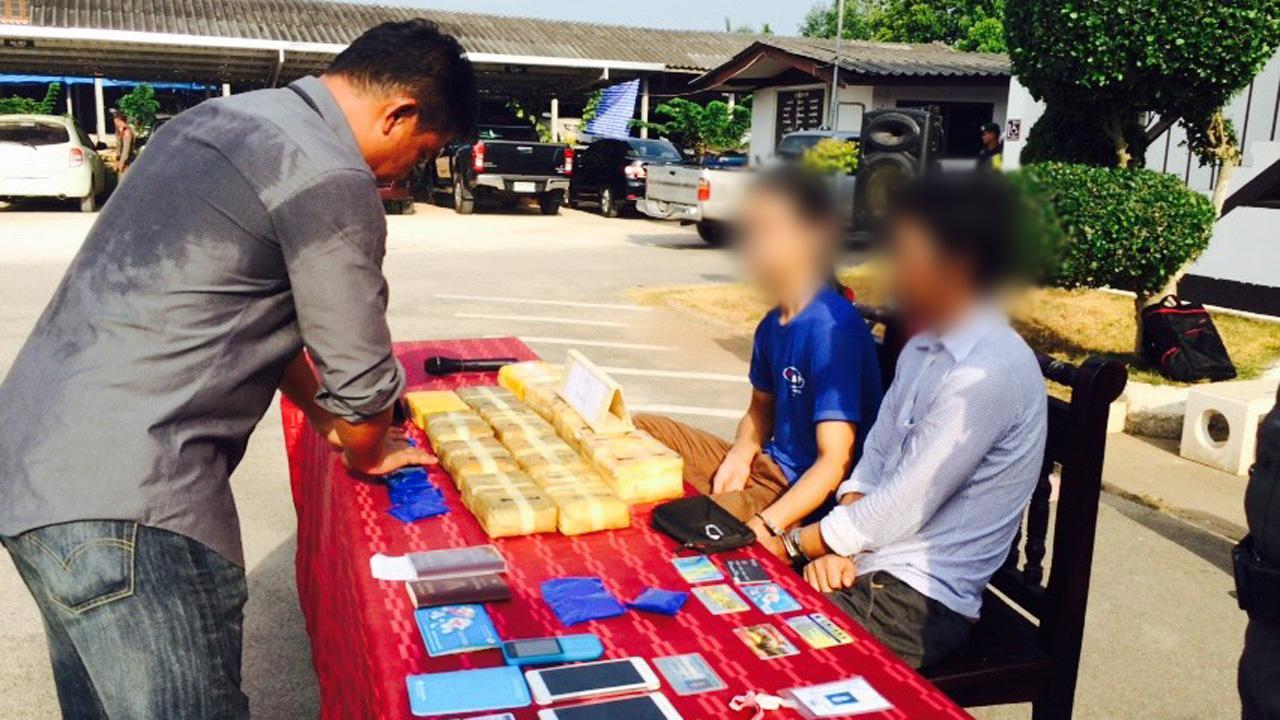 ตำรวจ สภ.ท่าชี จ.สุราษฎร์ธานี แถลงการจับกุม 2 ผู้ห้องหาขนยาเสพติด พร้อมของกลางยาบ้าจำนวน 88,000 เม็ด