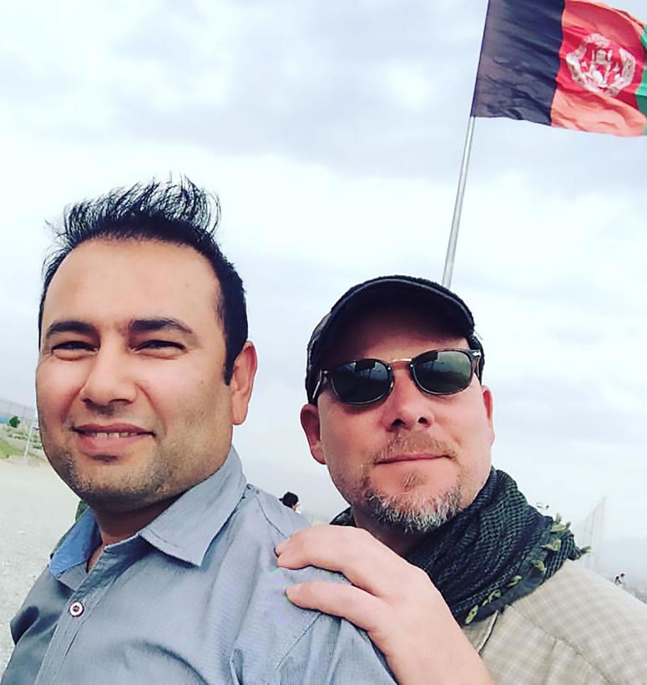 นายซาฮุลเลาะห์ ทามันนา  ล่ามชาวอัฟกานิสถาน(ซ้าย)และนายเดวิด กิลคีย์ นักข่าว-ช่างภาพชาวอเมริกัน เสียชีวิตจากเหตุการณ์ครั้งนี้