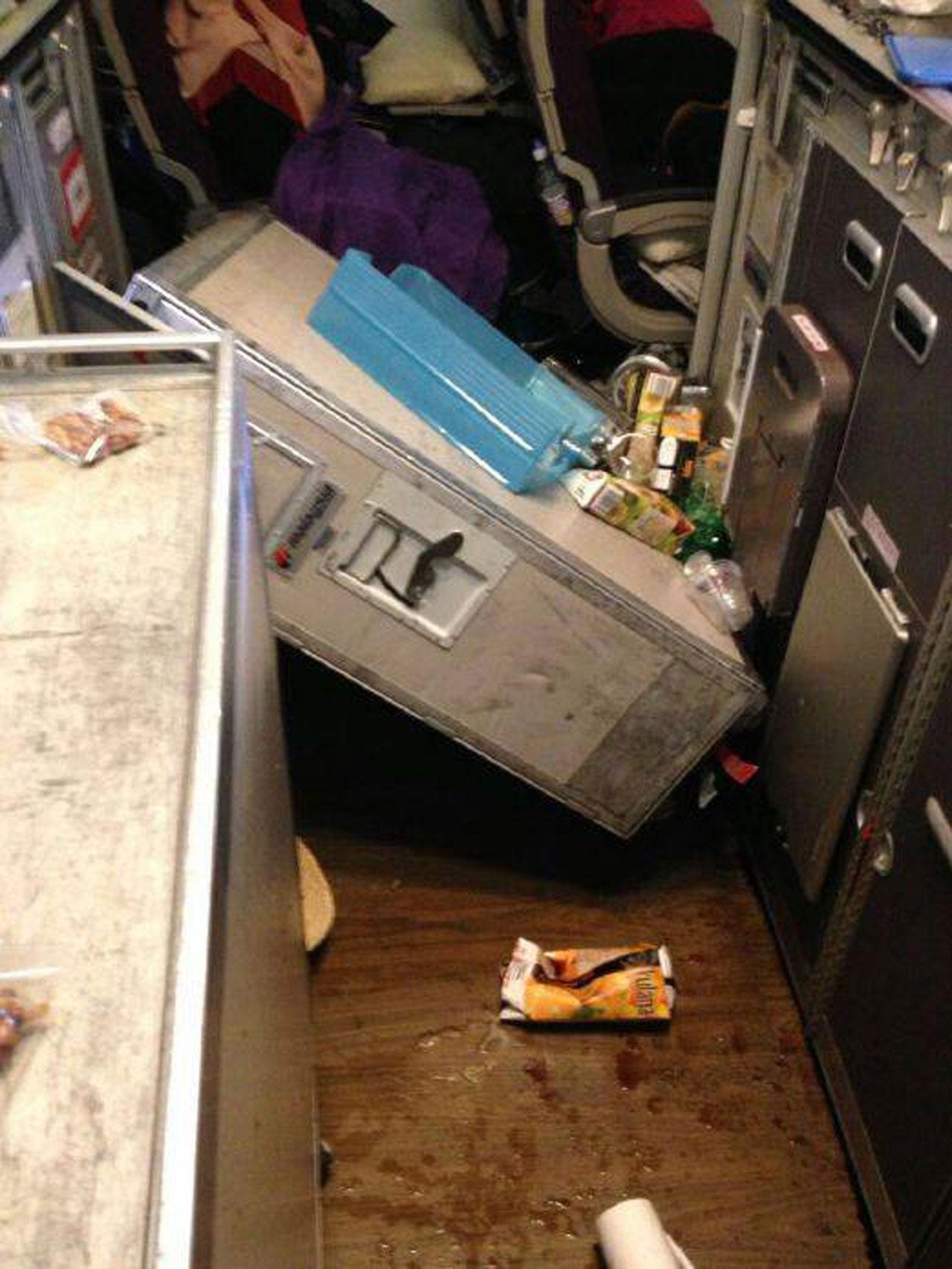 รถเข็นใส่อาหาร กระเด็นออกมาจากช่องเก็บ ภาพจาก เฟซบุ๊กแฟนเพจ A Fly Guy's Cabin Crew Lounge