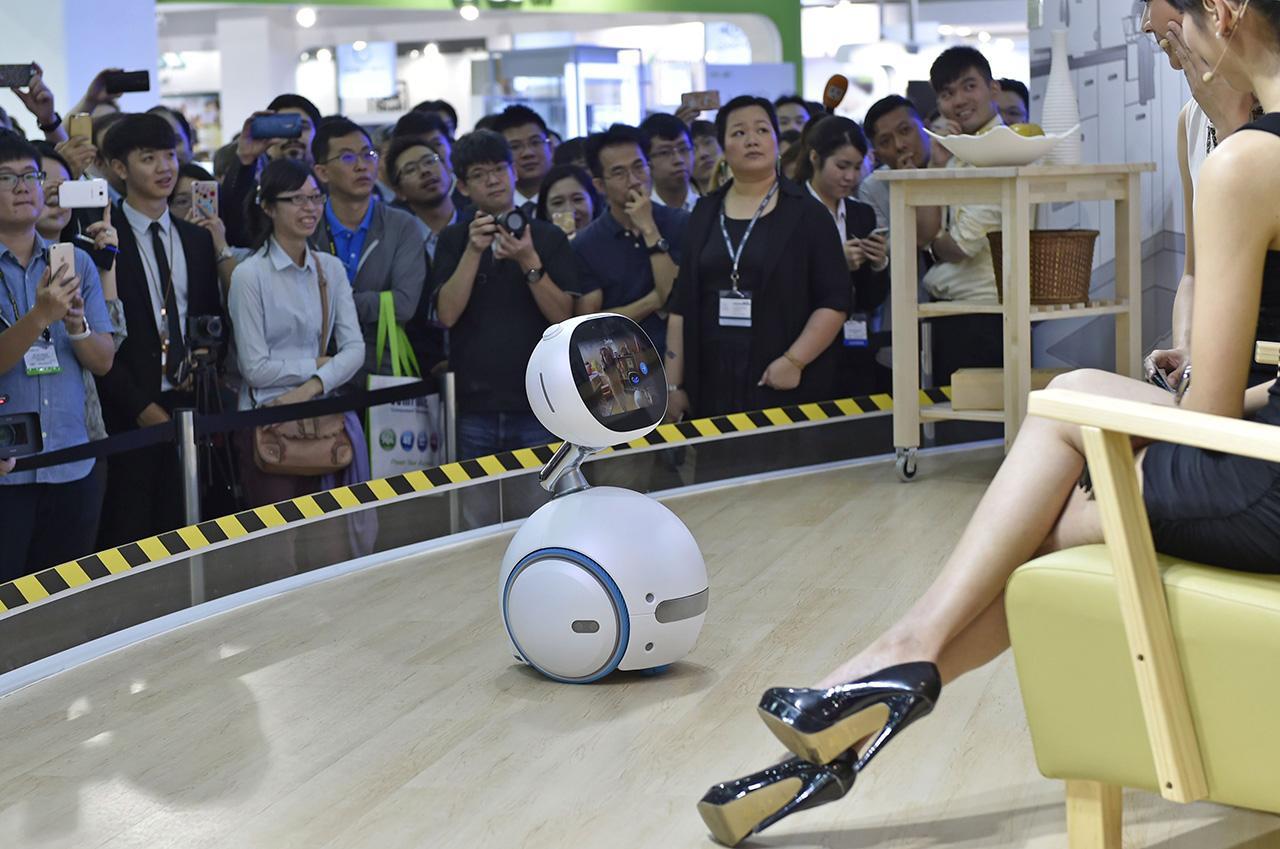 หุ่นยนต์ชูโรง