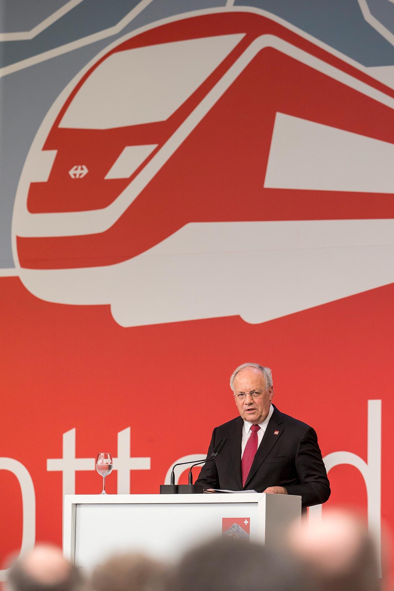 โยฮัน ชไนเดอร์-อัมมานน์ ประธานาธิบดีแห่งสวิตเซอร์แลนด์ กล่าวสุนทรพจน์ในพิธีเปิดอุโมงค์กอตธาร์ด (ภาพ: AP)