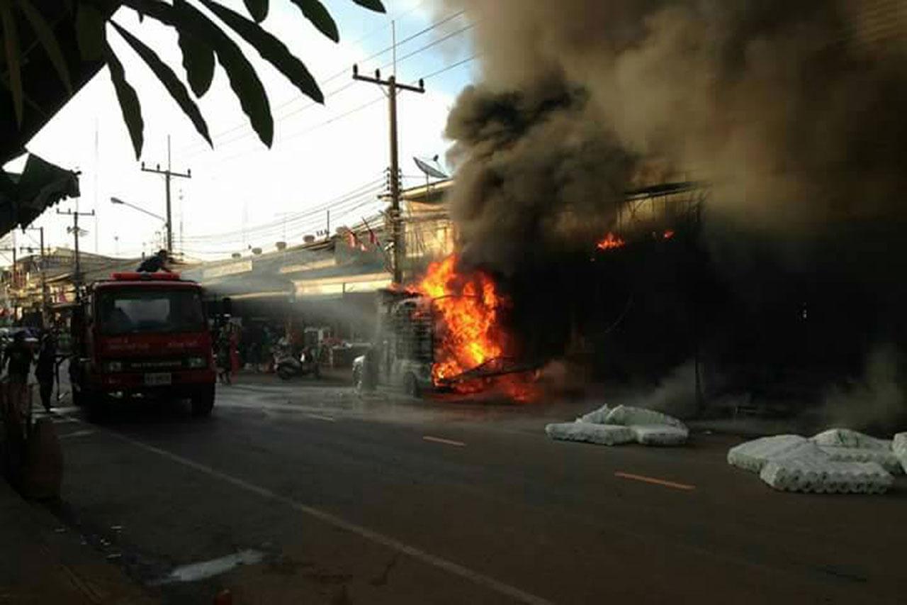 เพลิงกำลังโหมไหม้รถส่งสินค้าประเภทโฟม-พลาสติกอย่างรุนแรง หน้าตลาดท่าประชุม