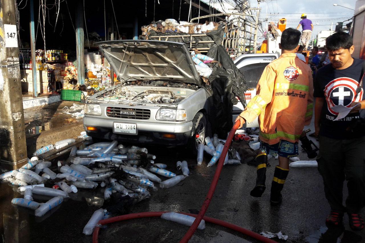 สภาพรถ หลัง จนท.ดับเพลิงฉีดน้ำสกัด ถูกเพลิงไหม้เสียหายเกือบทั้งคัน