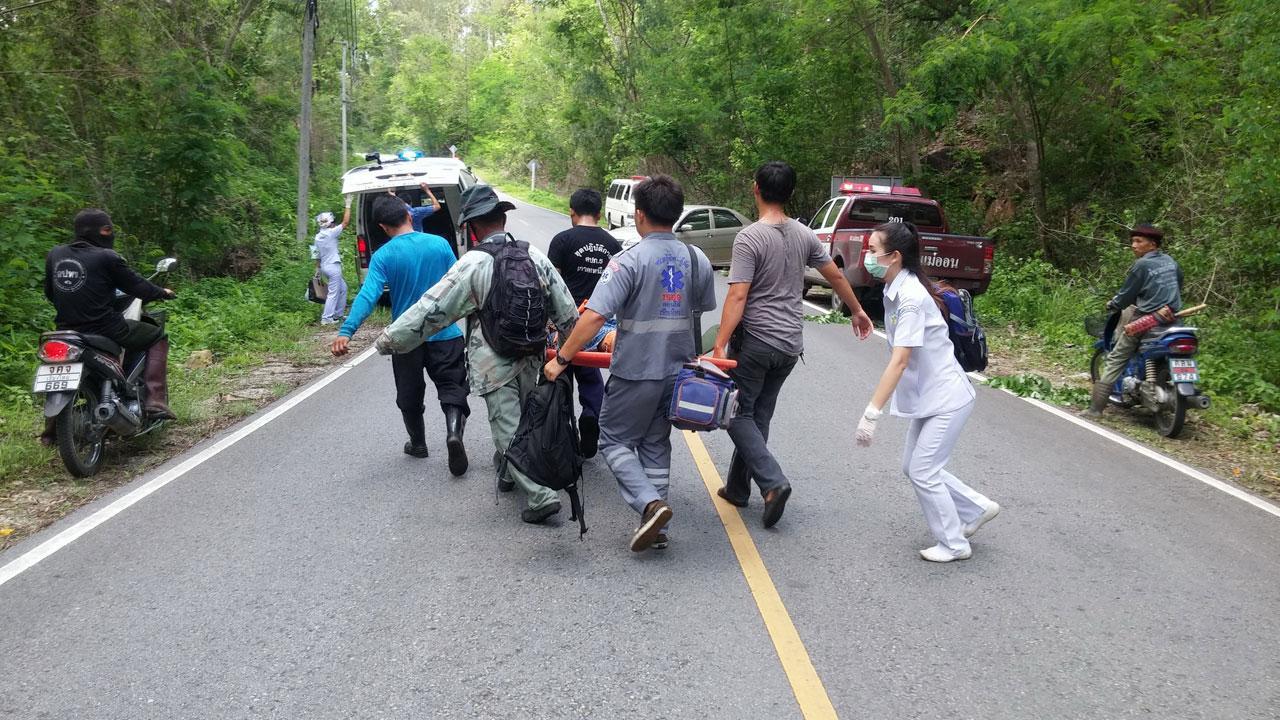 จนท.เร่งช่วยหญิงวัย61ปี รถไหลลงเหวลึก 30 เมตร บาดเจ็บสาหัส ส่งรพ. แม่ออน
