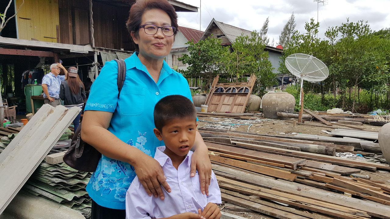 น่าสงสาร  เด็กชายจงรัก หรือ แอ๊ด ปาดมิตร อายุ 8 ขวบ บ้านพังเสียหายทั้งหลัง