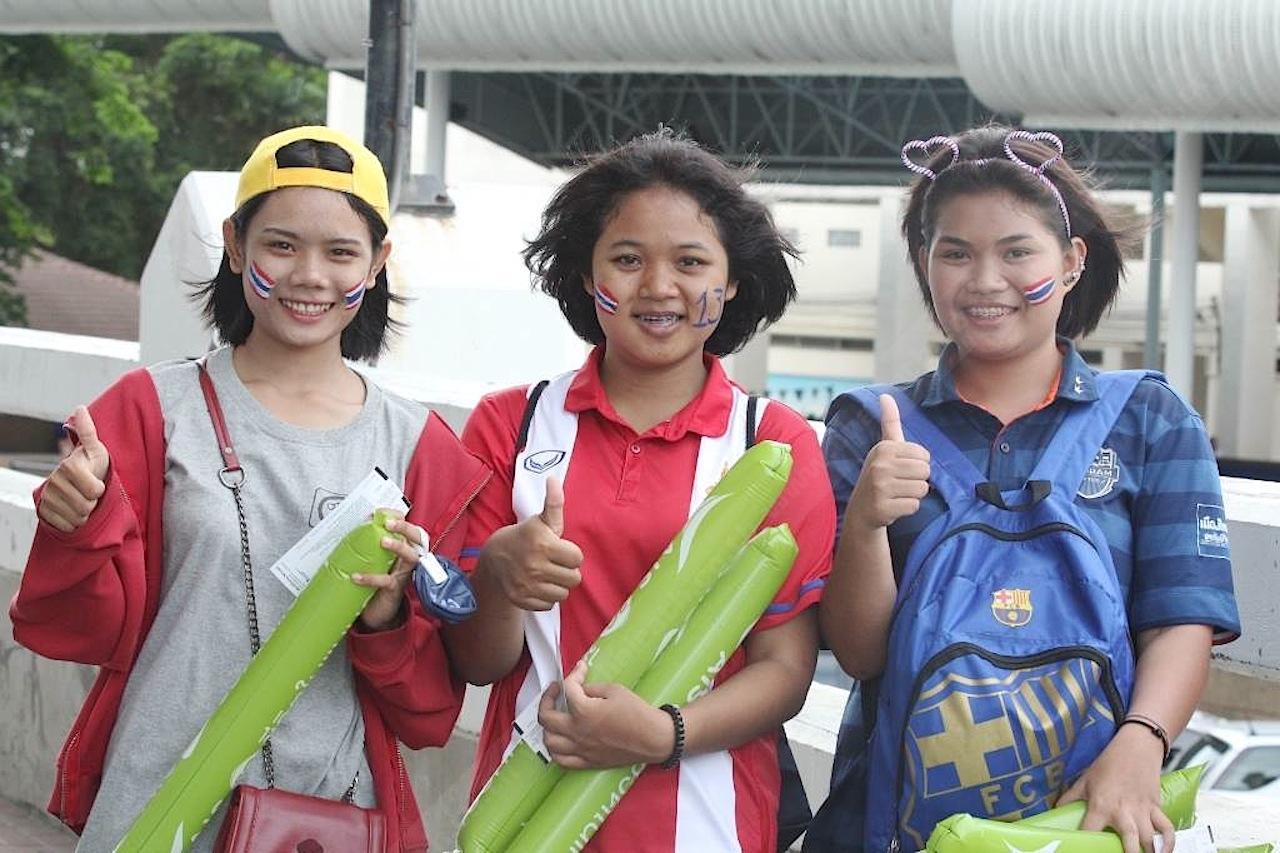 3 สาววัยใส มาให้กำลังใจแข้งช้างศึกเต็มที่