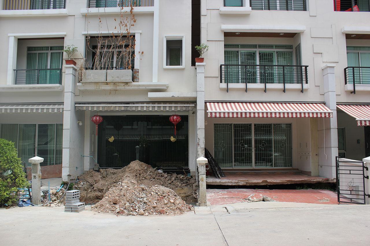 หน้าบ้านทรุด บางบ้านก็ซ่อม บางบ้านก็รอเจ้าของโครงการมาซ่อม