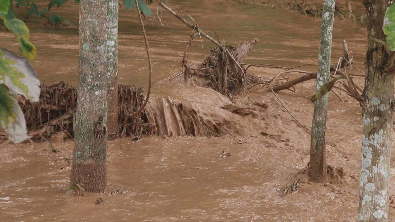 มวลน้ำที่ทะลักท่วมหลังฝ่ายดินแตก