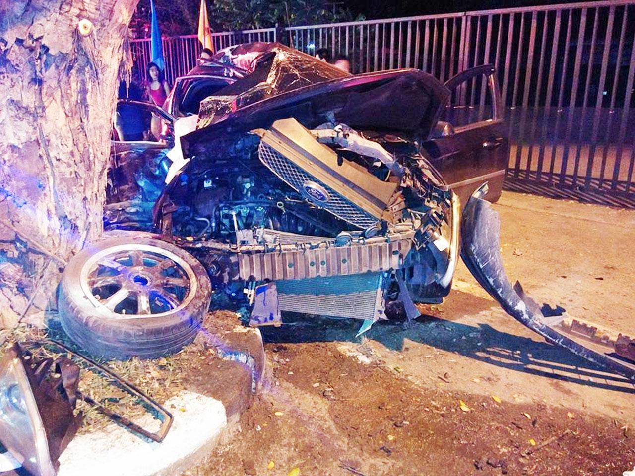 ไม่มีชิ้นดี!! สภาพรถเก๋งหนุ่มขับชนต้นจามจุรี ขึ้นบนถนน