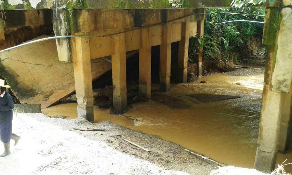 ดินถูกน้ำเชี่ยวเซาะจนเป็นโพรงทำพื้นสะพานพัง ที่น่าน เนื่องจากฝนตกหนัก