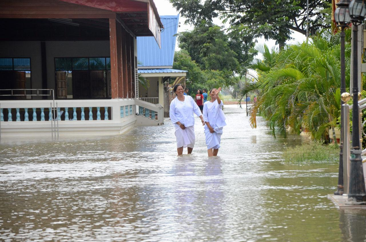 วัด ชาวบ้านต้องเดินลุยน้ำท่วม
