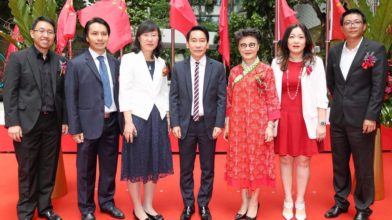 """เวลคัม - เกรียงศักดิ์ ตันติพิภพ จัดงาน """"Chinese National Holiday Celebration"""" เพื่อฉลองวันชาติจีนพร้อมต้อนรับลูกค้าชาวจีน โดยมี จาง ซิน หง, ศรีสุดา วนภิญโญศักดิ์, วรลักษณ์ ตุลาภรณ์, เจิ้ง ผิงฝู, พอล เฉิน และ สิทธิโชค นพชินบุตร มาร่วมงานด้วย ที่ดิ เอ็มควอเทียร์ วันก่อน."""