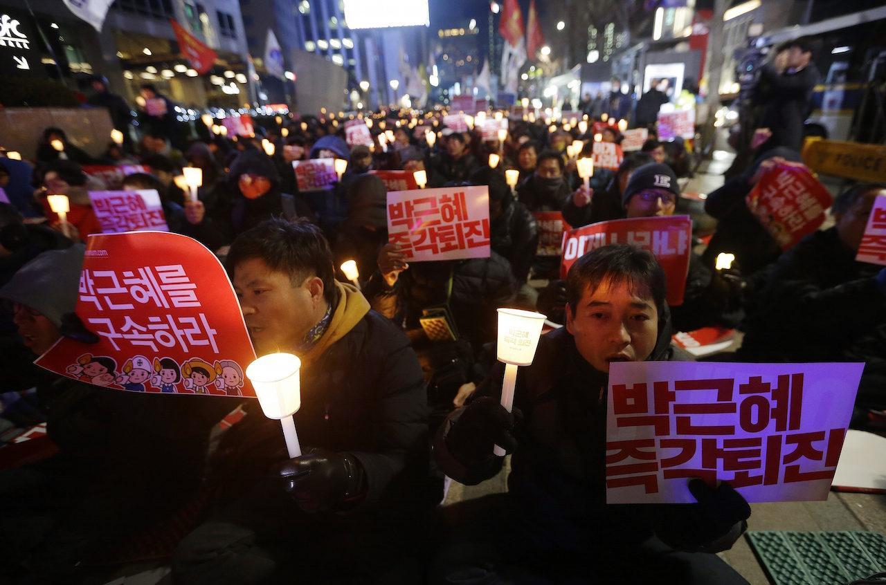 ชาวเกาหลีใต้รวมตัวประท้วงเรียกร้องให้ประธานาธิบดีปาร์ก กึน-เฮ ลาออกจากตำแหน่ง